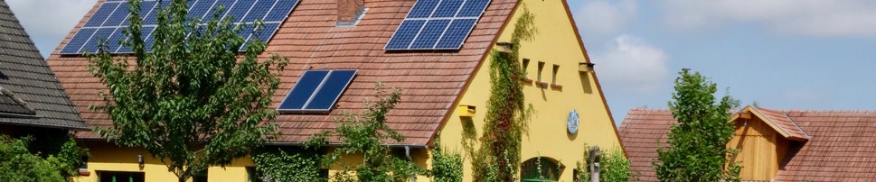 Das Seminargebäude mit Solar- und Photovoltaikanlage, Nistkästen und vorgelagerter Obstwiese.