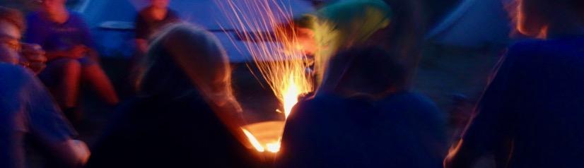 Ankommen am Lagerfeuer, Gemeinschaft, Wildnisfernsehen, herrlicher Tagesausklang am Lagerfeuer, am Lagerfeuer kochen